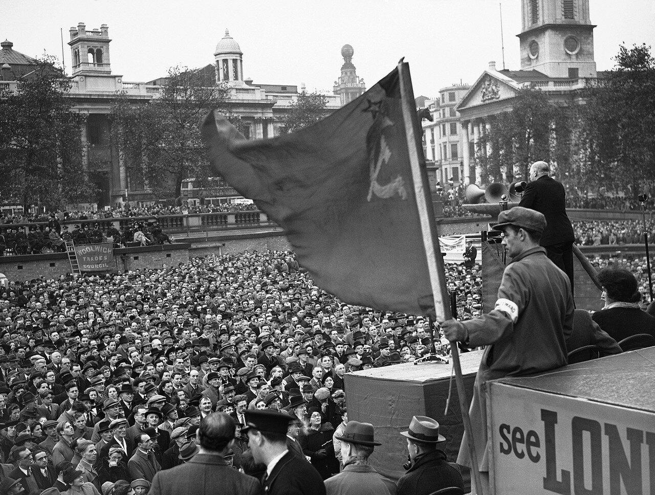 1942. Герои войны и заводские рабочие были среди тех, кто принимал участие в митинге на Трафальгарской площади с требованием открытия второго фронта