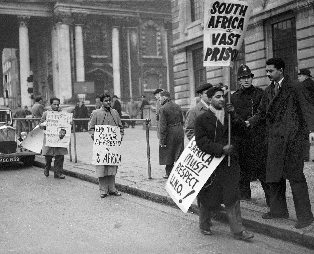 1951. 10 января. Полицейские советуют студентам из Южной Африки, держаться подальше от избирательных участков в посольстве Южной Африки на Трафальгарской площади