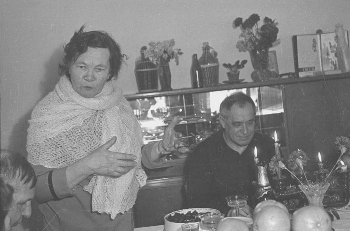 1970. Застолье в редакции журнала «Юность». Мария Прилежаева произносит тост