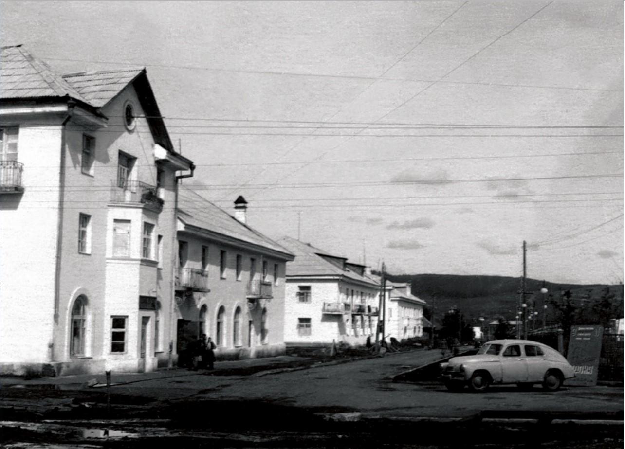 Усть-Катав. Первые многоэтажные дома в центре города. 1945