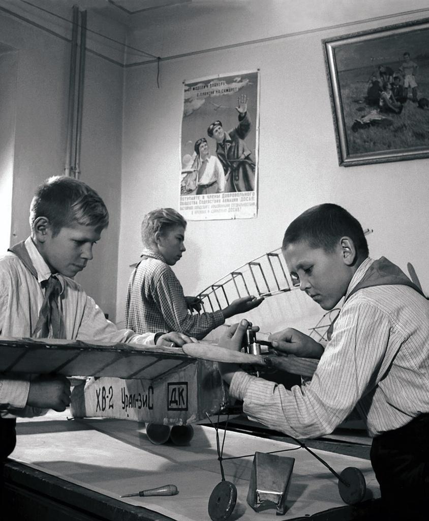 Миасс. Дворец культуры. Занятия в авиамодельном кружке (1952)