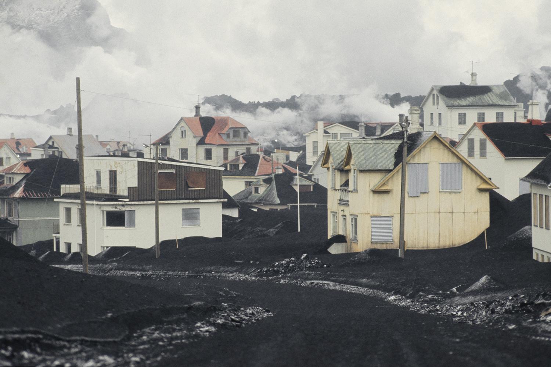 Вестманнаэйяр. Городские улицы, заваленные пеплом