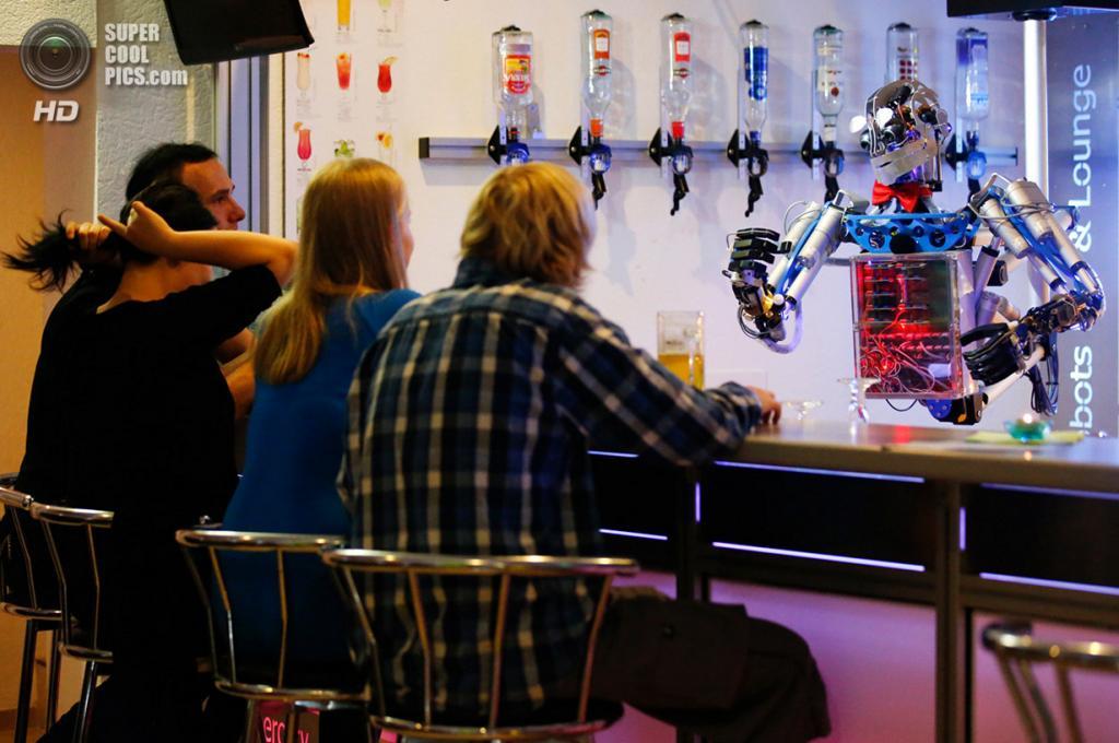 Германия. Ильменау, Тюрингия. 26 июля. Робот-бармен по имени Карл обслуживает клиентов. (REUTERS