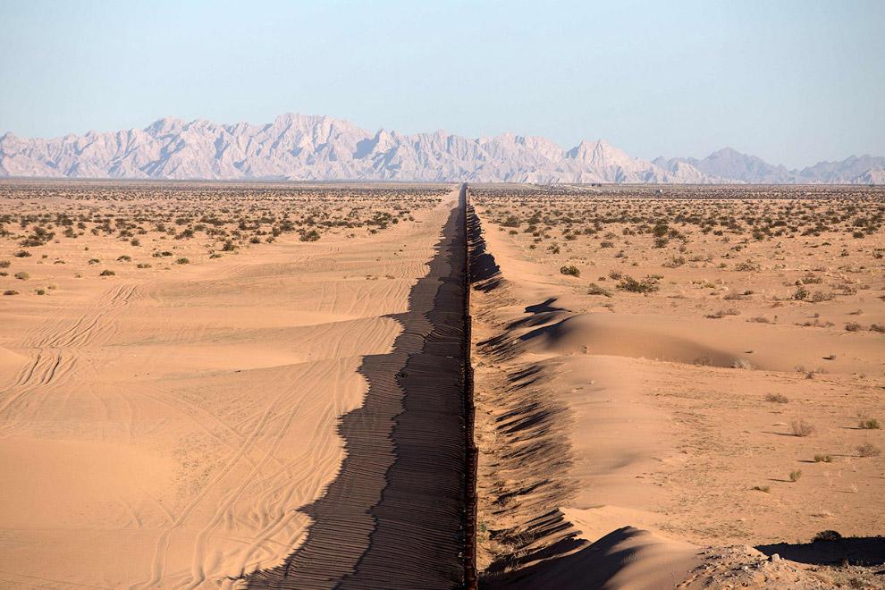 21. Стена на границе с Мексикой в районе города Сан-Луис-Рио-Колорадо, 15 февраля 2017. Тут и портре