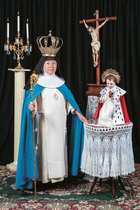 Этот шуточный снимок сестры Эммы в короне и с посохом фотограф сделала после того, как сестры сказал