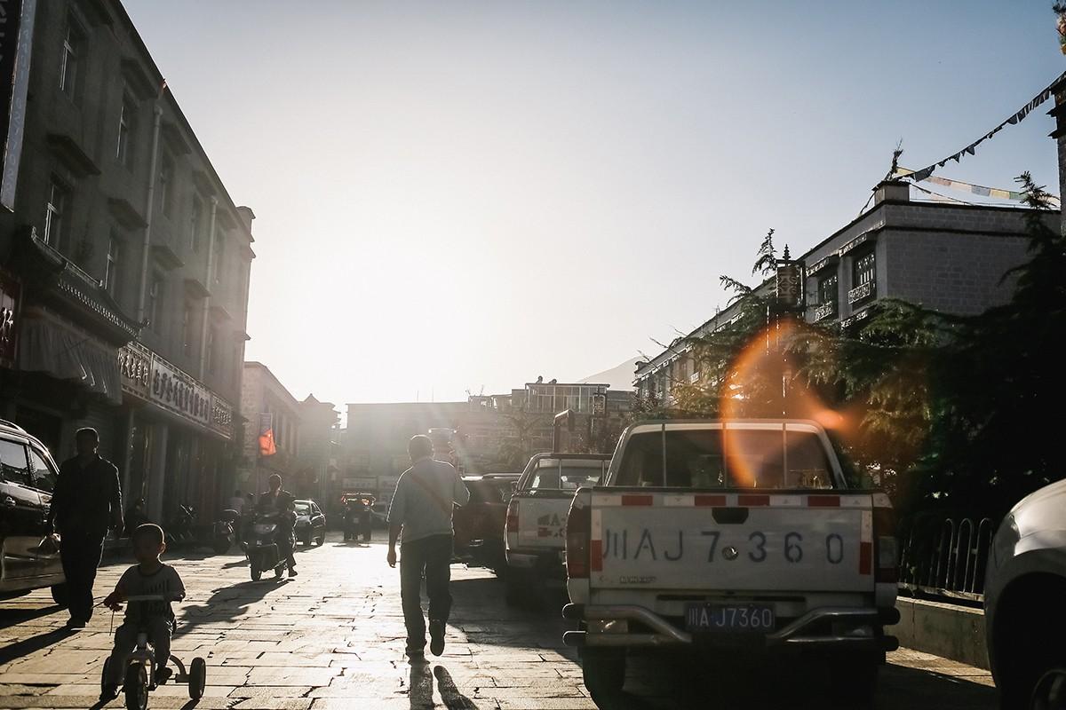 4. Мы заселились в небольшой гостинице на тихой улочке в юго-восточной части Лхасы. Главным достоинс