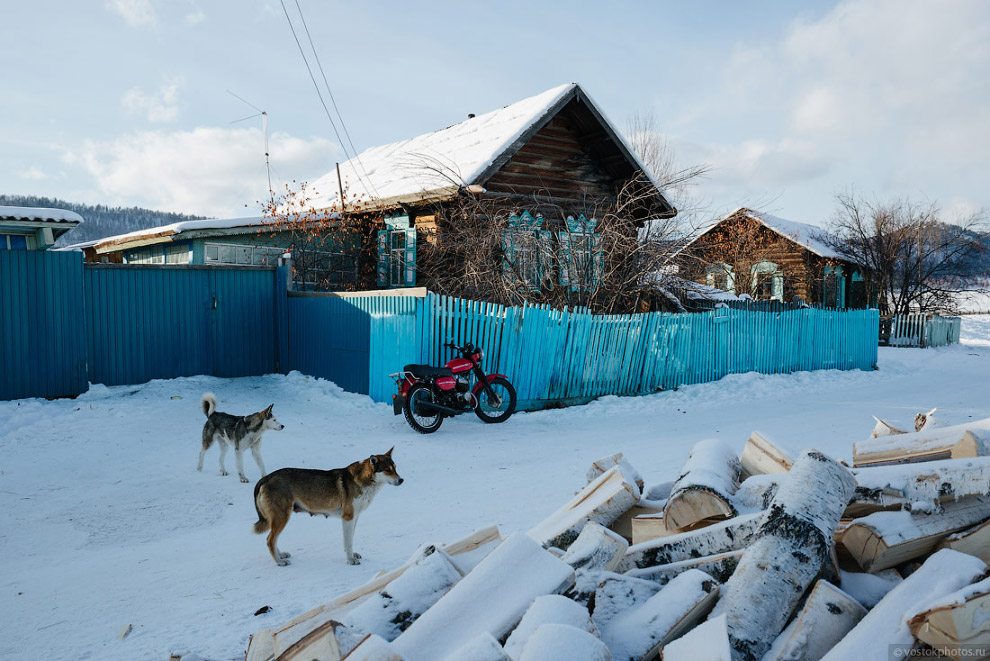 19. Центральная улица поселка. Многие заборы перед домами выкрашены в голубой цвет. Говорят, что это