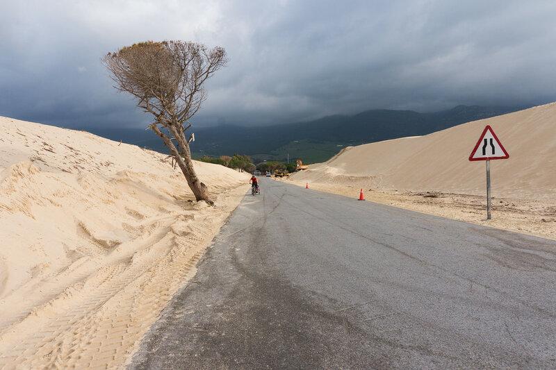 асфальтовая дорога через дюну Valdevaqueros