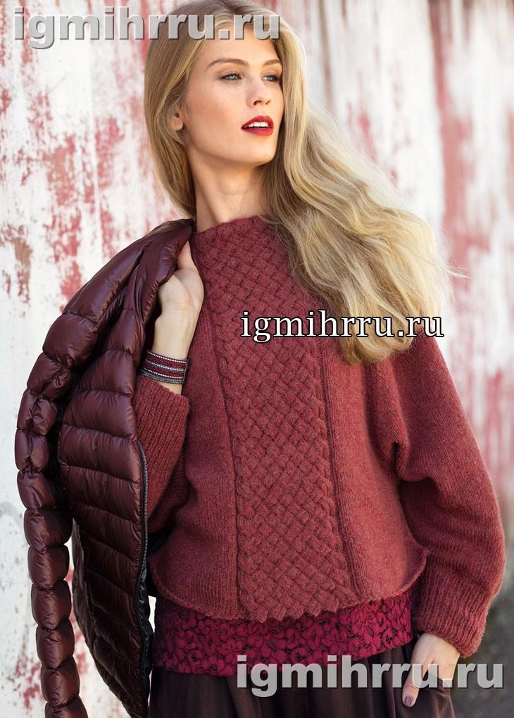 Коралловый пуловер со вставкой плетеного узора. Вязание спицами