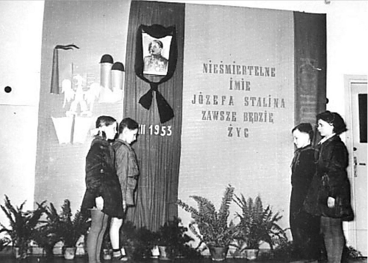 Варшава. Траурный караул в начальной школе. 7 марта