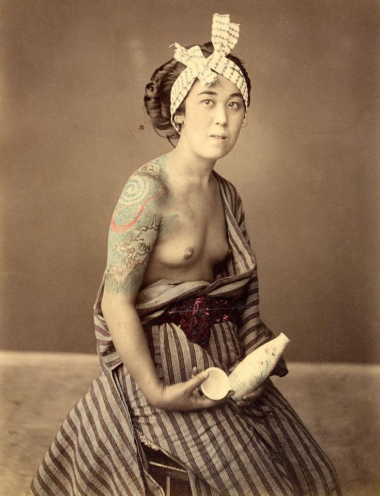 Женщина с тутуировками