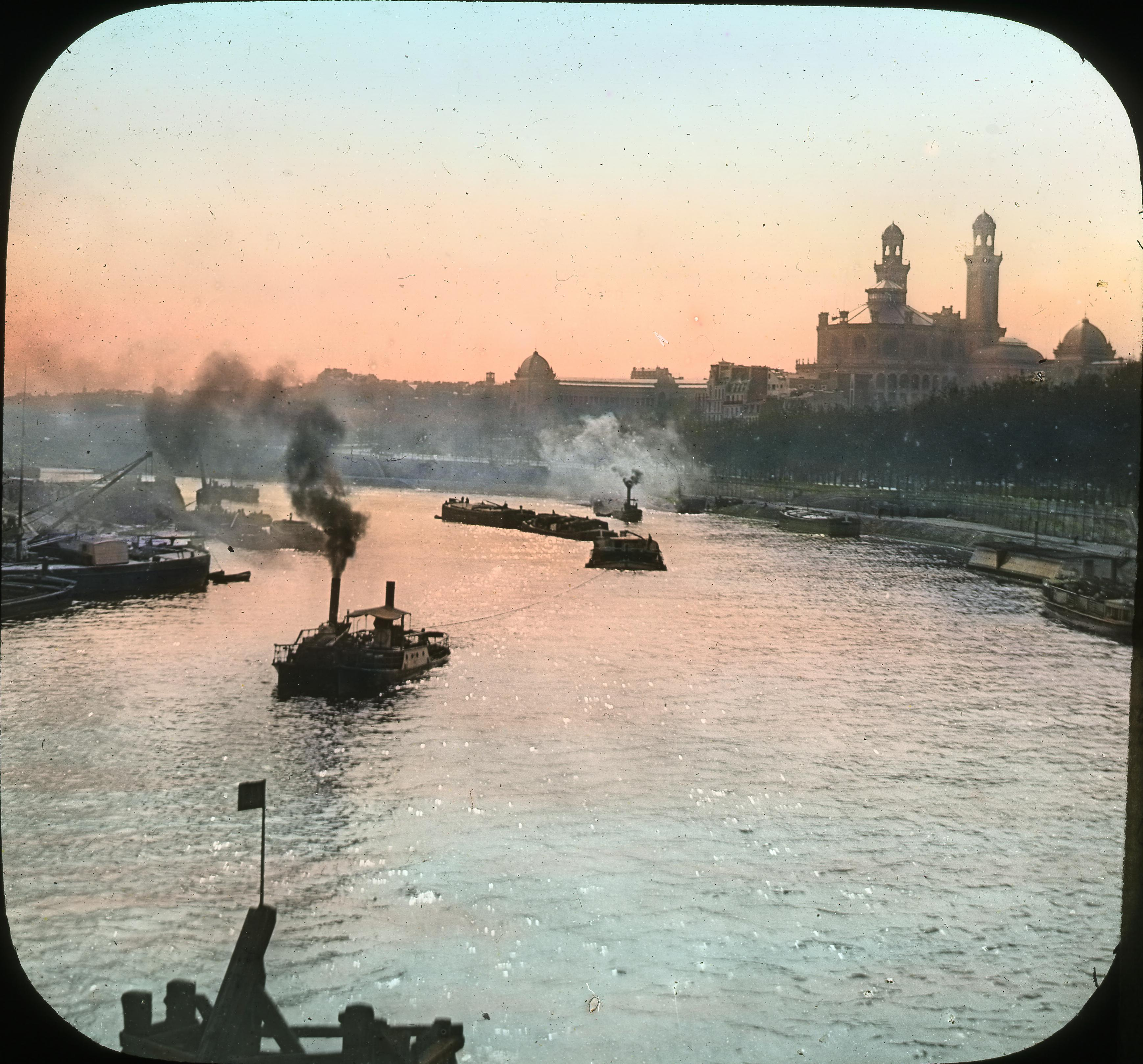 Лодки на реке Сена, с Трокадеро на заднем плане