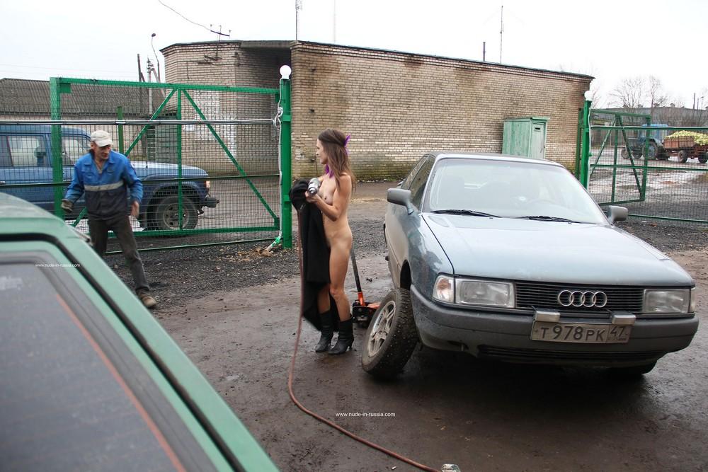 Голая Надя на шиномонтаже