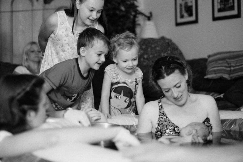 Трогательные моменты на фото   Старшие дети первый раз видят своих новорожденных братьев и сестер