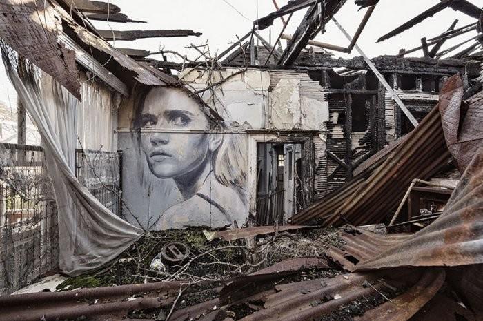 Rone ищет заброшенные дома и, как бы замыкает портреты внутри их полуразрушенного пространства. По с