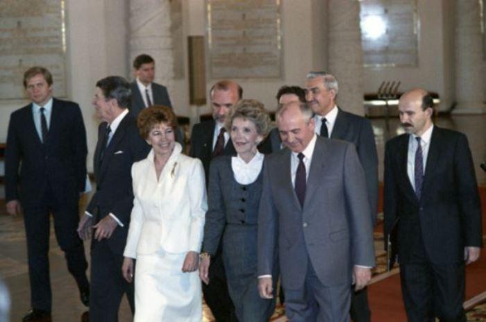Михаил и Раиса Горбачевы принимают в Москве супружескую чету Рейганов, 1988