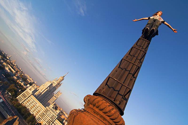 2. Небольшие группы молодежи решили покорить самые высокие здания Москвы, рискуя быть задержанными п