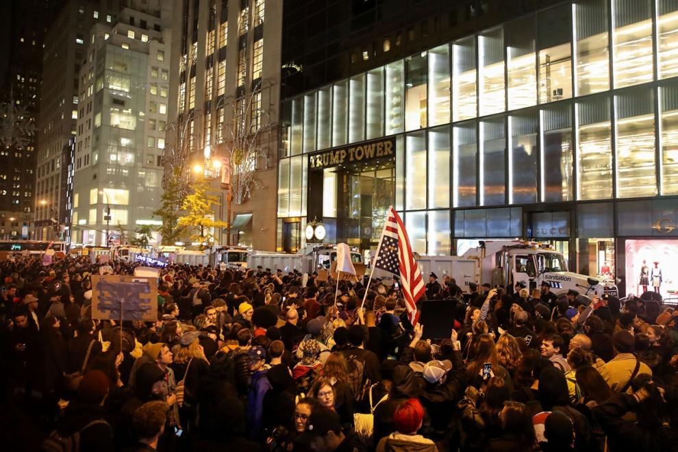 Сотни демонстрантов митингуют возле небоскрёба Трамп-тауэр в Нью-Йорке, 9 ноября 2016 года.
