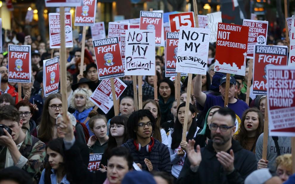 Акция протеста в центре Сиэтла, штат Вашингтон, 9 ноября 2016 года.