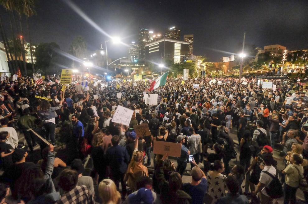 Демонстранты собрались возле здания мэрии Лос-Анджелеса, штат Калифорния, 9 ноября 2016 года.