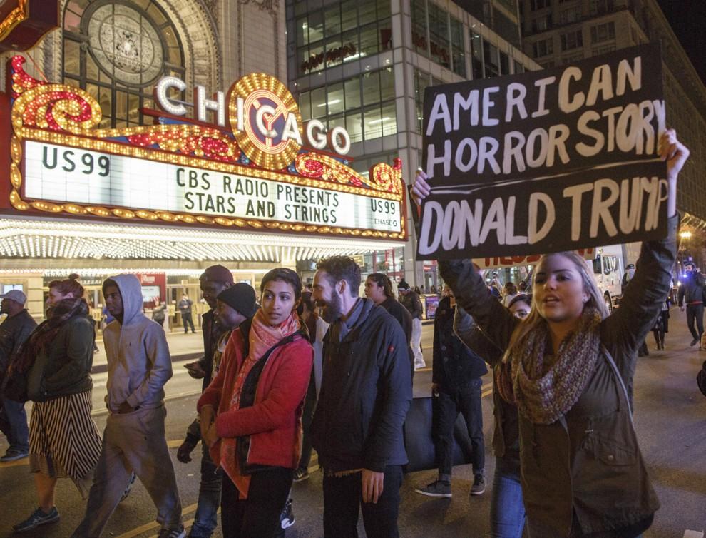 Акция протеста возле театра Chicago Theatre в Чикаго, штат Иллинойс, 9 ноября 2016 года.