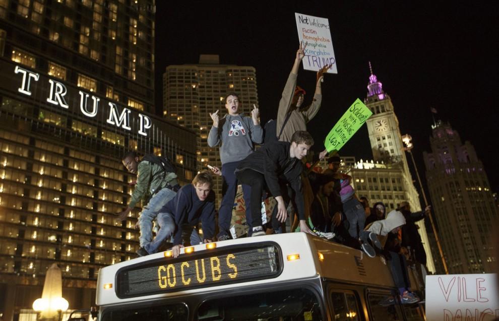 Акция протеста возле небоскрёба