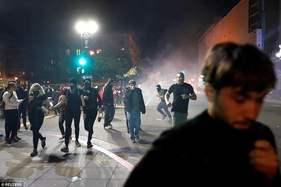 Митингующие также скандируют: