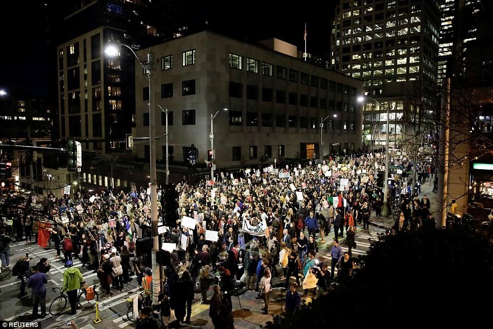 """Сиэтл: Акцию протеста инициировала член местного совета Кшама Sawant, которая решила """"рассказа"""