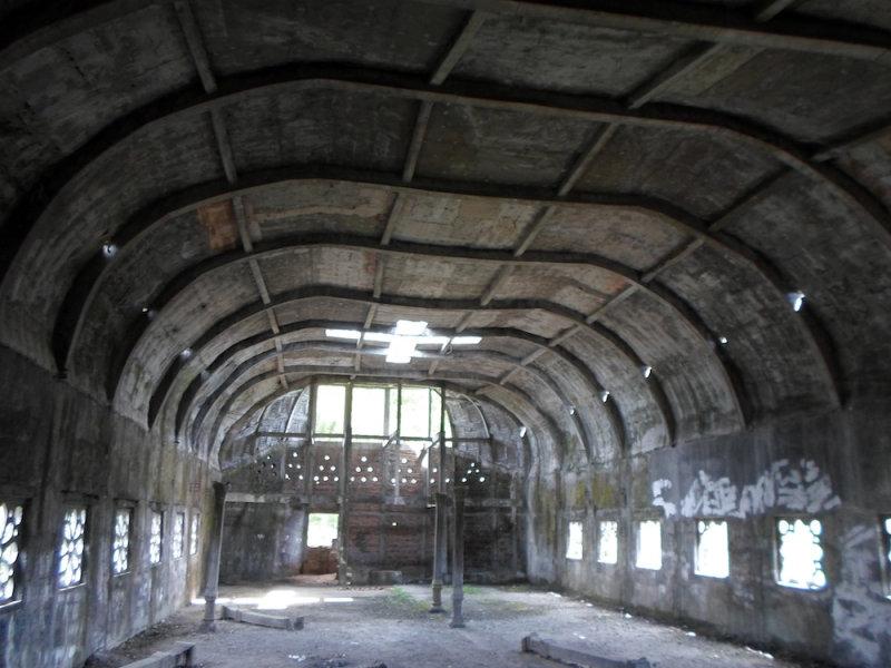 Внутренние стены покрыты граффити, а окна и некоторые перекрытия полностью разрушены