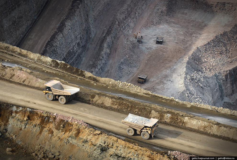 Среднее содержание алмазов в руде — 4,25 карата на тонну. В кузове такого самосвала находится п