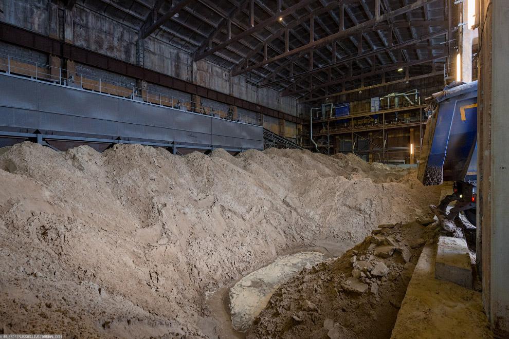 2. Грейферным ковшом песок и гипс засыпаются в бункер. Известь и некоторые другие компоненты добавля