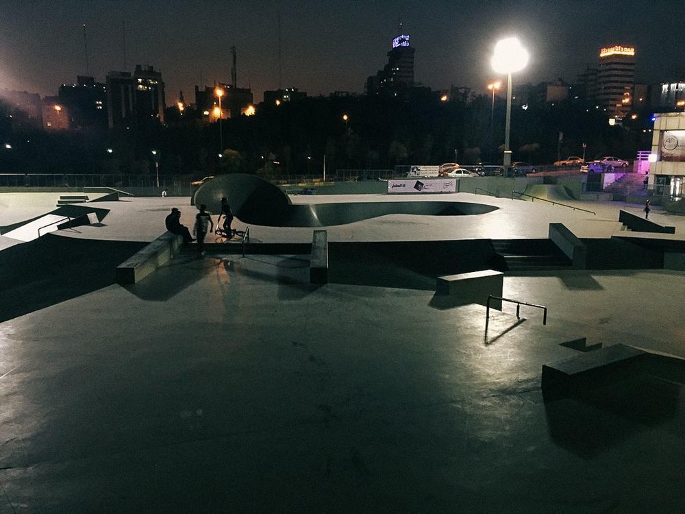 Скейт-парк Аб-о Аташ в Тегеране. «Катание на роликовых коньках живет и здравствует в Аб-о Аташе, одн