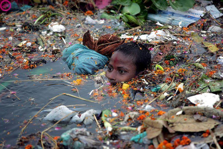 1. Мальчик, плавающий в загрязненном водоеме, Индия
