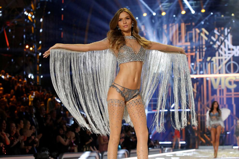 13. Шоу Victoria`s Secret 2016, Париж, 30 ноября. (Фото Charles Platiau | Reuters):