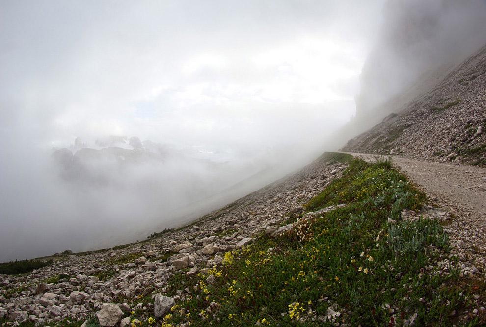 48. Пройдя полкилометра, облако неожиданно закончилось, а надо мной нависали величественные гор