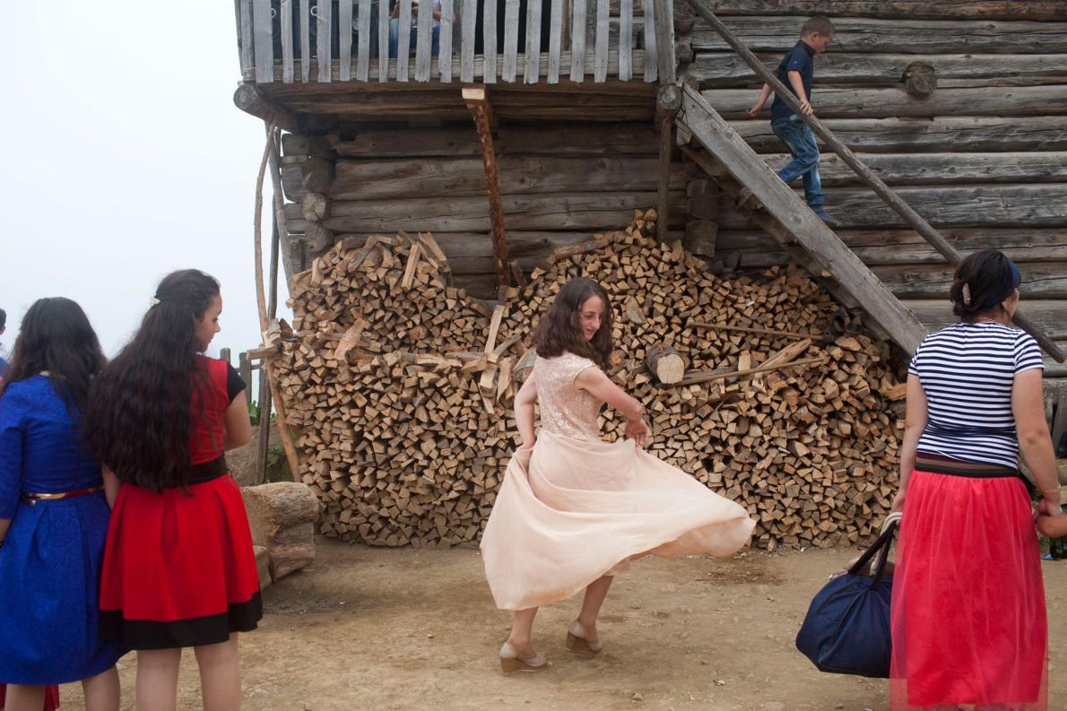14-летняя Тамро из Аджарии танцует на помолвке своей сестры. Хотя среди ее ровесниц нормально выходи