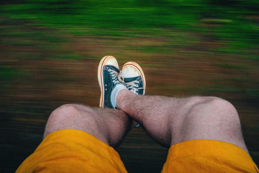 22. Дабы нанести вам моральную травму, вот вам фотография мои волосатых ног на фоне стремительно про