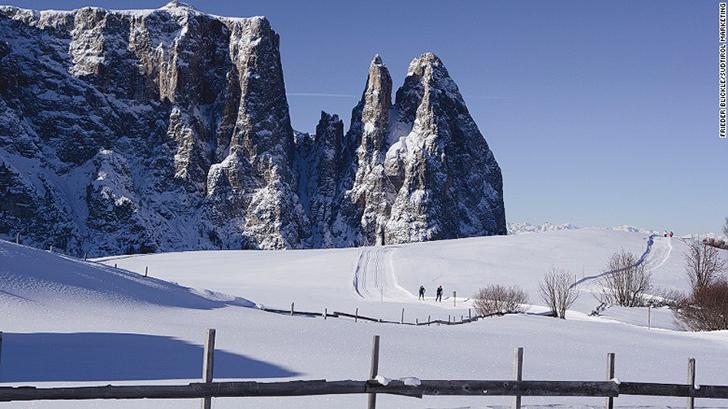 Помимо спуска на лыжах в Lodge вам предложат прогулки на снегоступах, поездки на лошадях и ночные ка