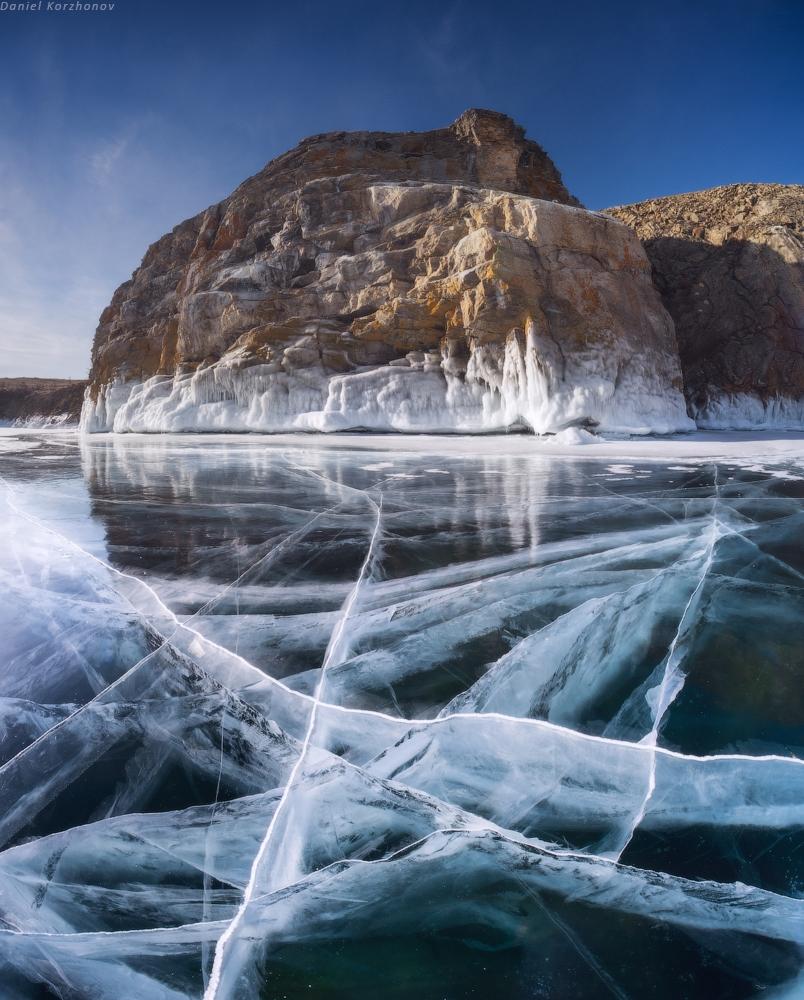 По восточной стороне Байкала, со стороны Малого Моря, очень много пещер, гротов. Иногда они вда