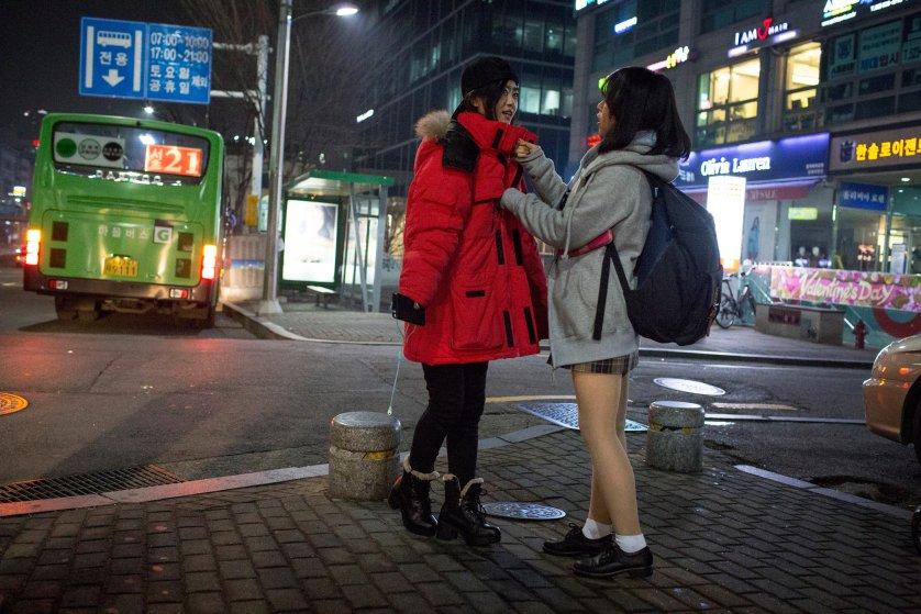 Кьёнг-ок застегивает на Саре куртку, которую она взяла поносить у брата. Сообщество северокорейских