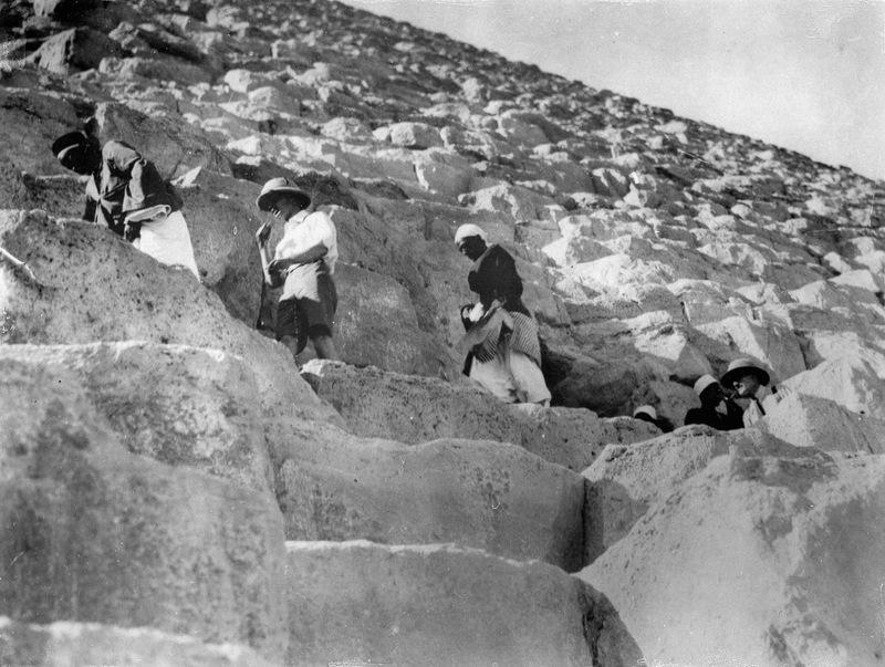 Около 1930 года. Принц Уэльский и герцог Глостерский взбираются на одну из пирамид.