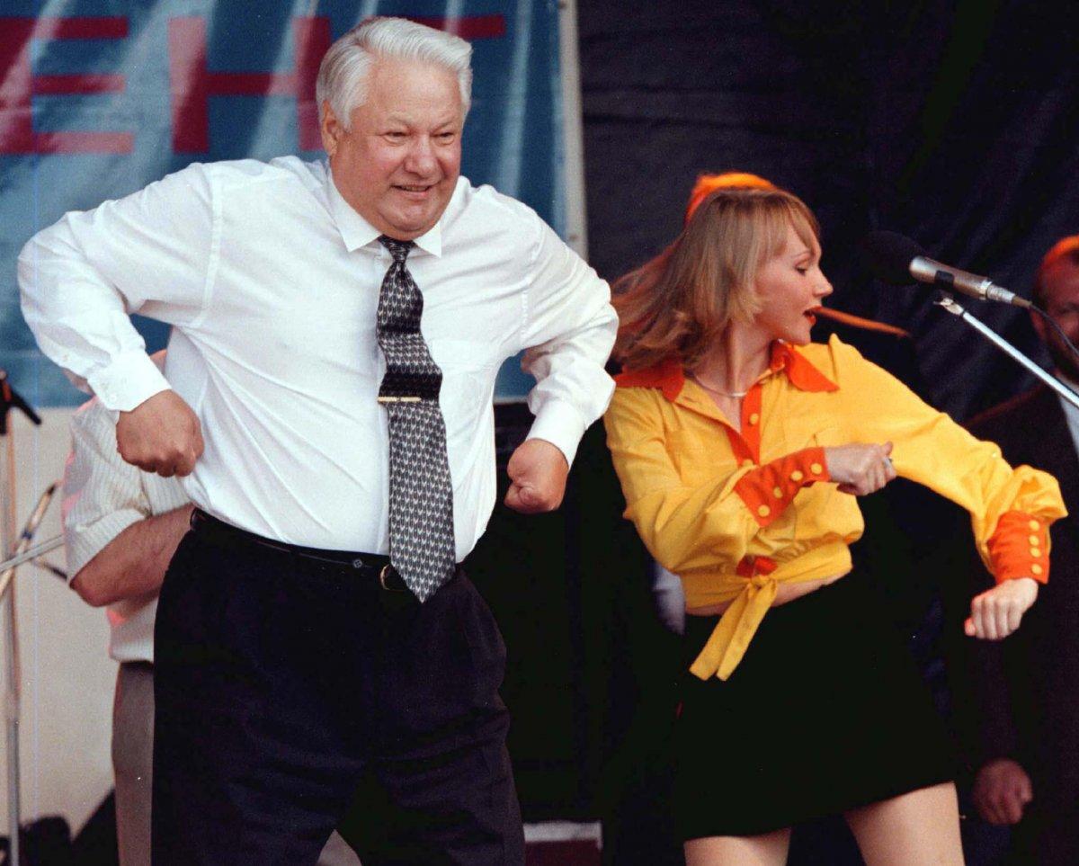 Борис Ельцин танцует на сцене во время концерта в Ростове, июнь 1996 года.