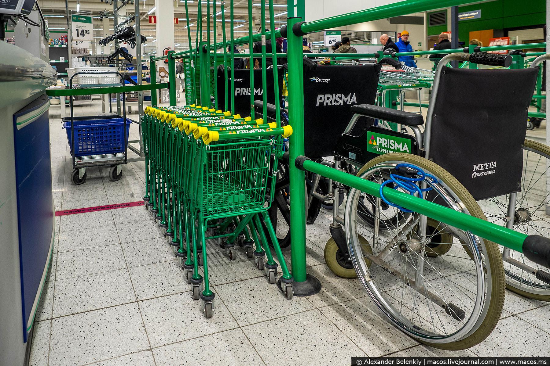 Для удобства покупателей есть детские тележки и инвалидные кресла. Если вы приехали в магазин с пожи
