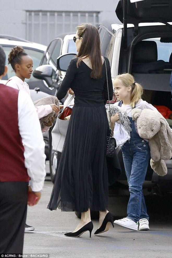 На днях 41-летняя Джоли с четырьмя детьми заметили на ужине в ресторане суши с 78-летним Джоном Войт