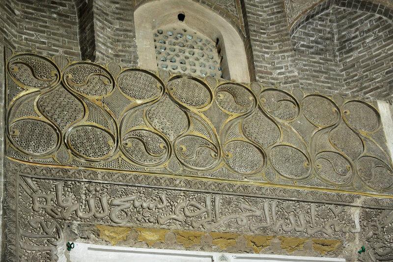 Особо богатый орнамент - на стене, где был михраб