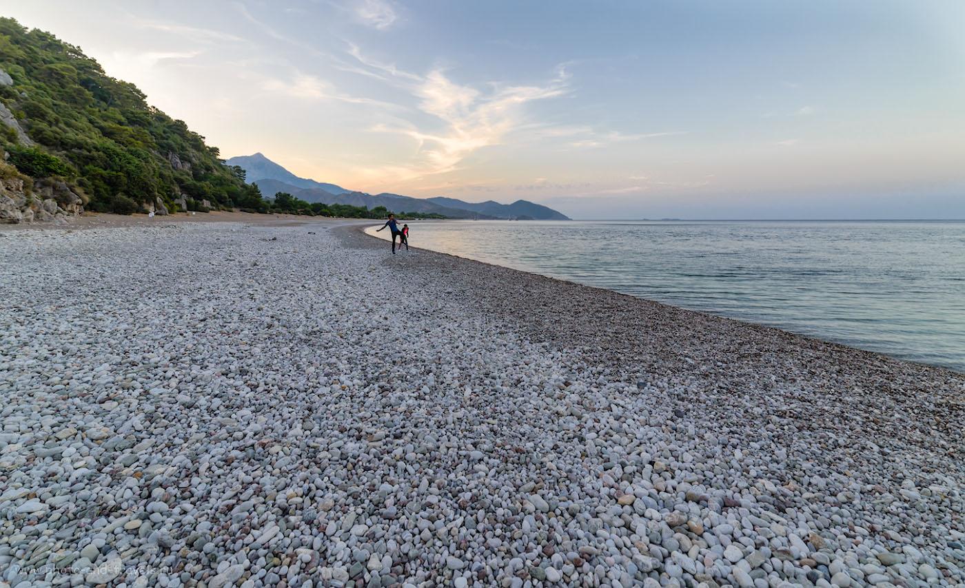 Фотография 22. Шикарный галечный пляж в поселке Чиралы (Çıralı). Есть еще вопросы, где отдыхать в Турции? Фотоаппарат Nikon D610, объектив Samyang 14mm f/2.8. 1/30, -1.0, 8.0, 200, 14.