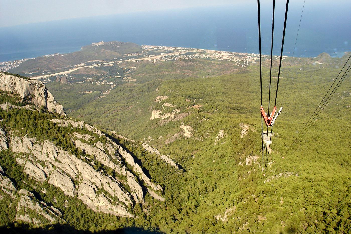 Фотография 9. Вид на Средиземное море, открывающийся с верхней станции канатной дороги Олимпос Телеферик («Olympos Teleferik») на горе Тахталы в Кемере.