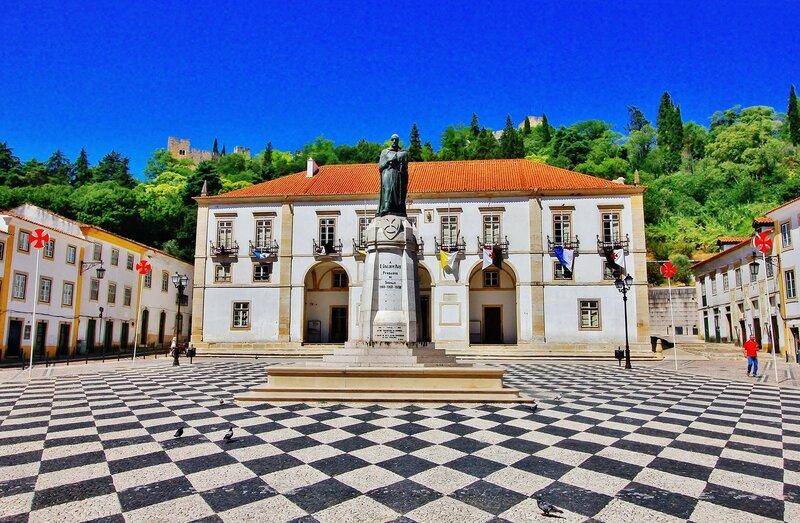 Памятник Гуалдину Паишу  - Великому Магистру Ордена Тамплиеров в Португалии