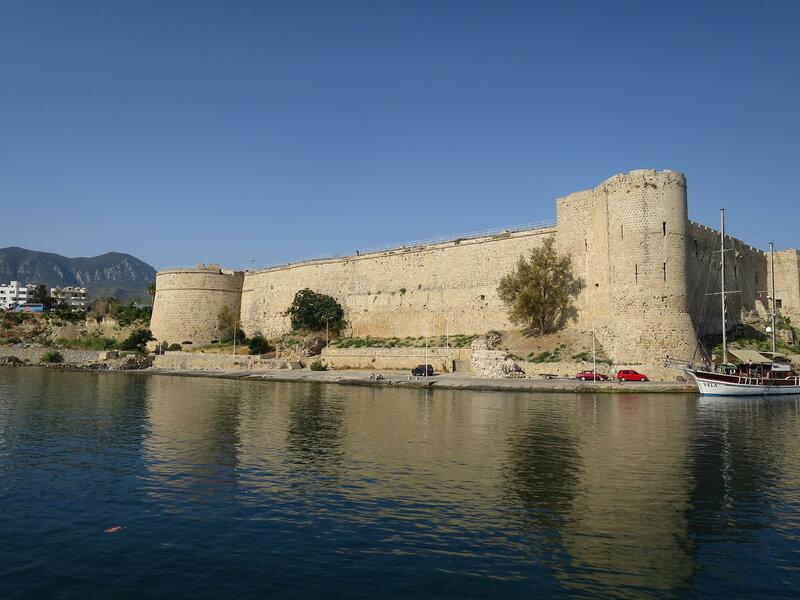 Восточная стена и руины внешних укреплений