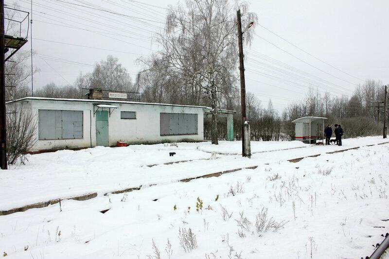 Здание вокзала в Рождествено и пассажиры